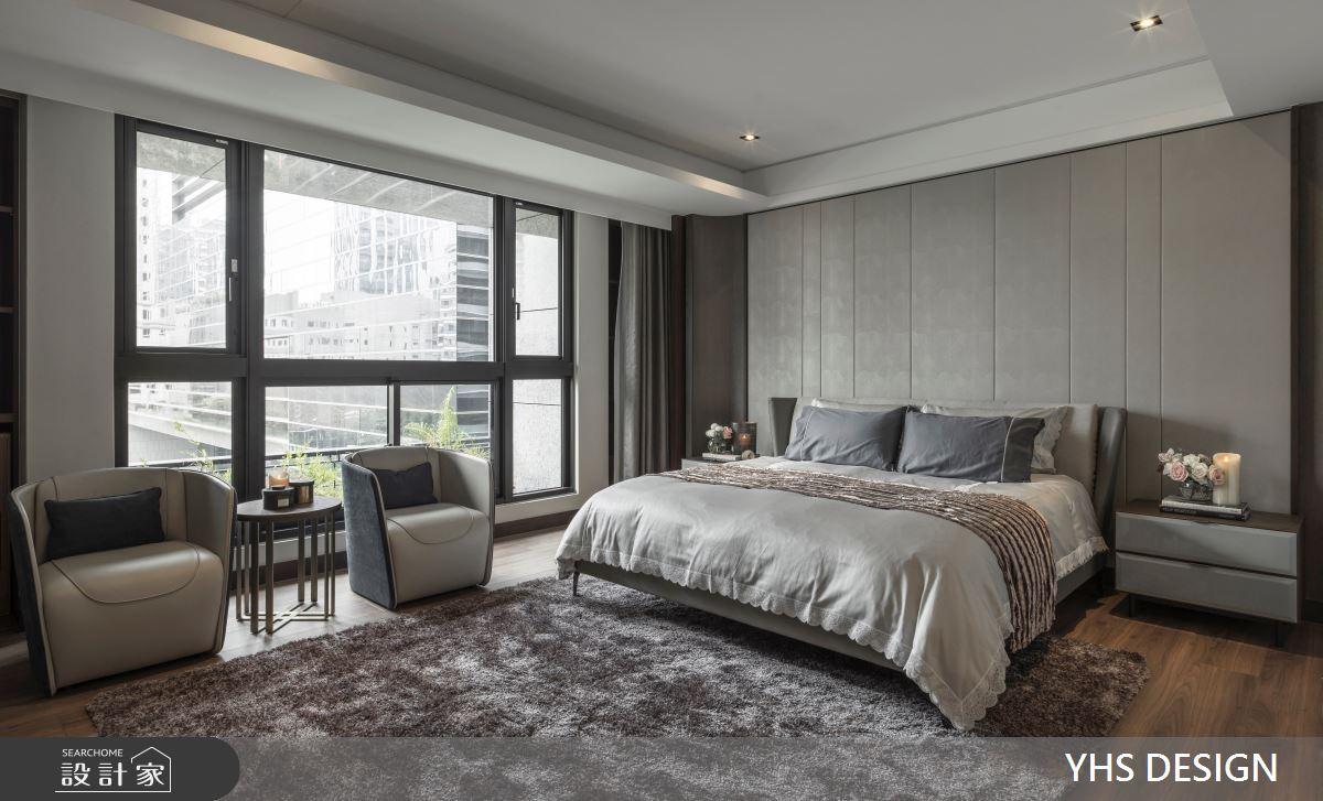 經由通盤的思考,臥室使用柔和的淺灰色系貫穿整體,床頭牆使用俐落的線條切分,注入現代美學的元素,木質地板鋪敘整室,與主人椅的皮革、絨布材質,靜靜點出空間細緻的精緻感。