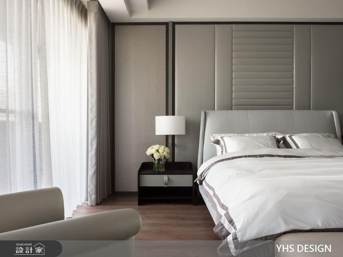 臥室設計相對約,使用灰色調為主色彩,柔和的表布作為床頭牆,利用線條分割出獨獨特的比例,對稱的手法將古典的意念緩緩傳遞。