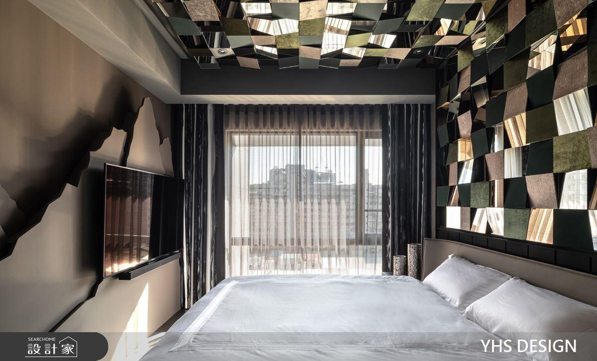 床頭轉折至天花板,以鏡面、皮革、金屬鋪陳,沒有主燈的安排,通過大量的間接光源,藉由光源使凹凸面更加立體,在靜謐的光影下,給空間更層次無窮的韻致。而床頭背板使用淡雅的皮革,與床頭牆形成對比,善用材質及造型為臥室畫下獨特的風景。