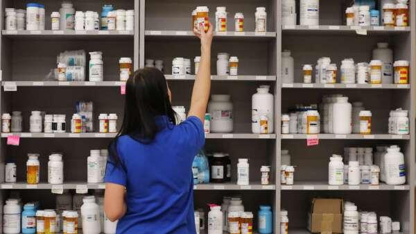 下半年疫情持續延燒 藥品將掀漲價潮。(圖:AFP)