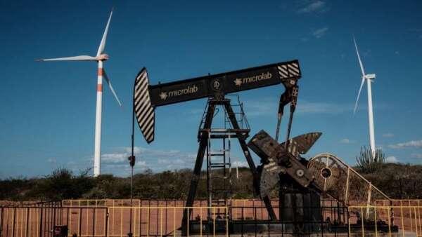 國際油價崩跌,今年以來已重挫逾6成,也影響石化產品價格表現。(圖:AFP)