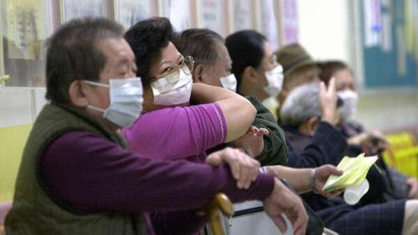 〈研之有物〉如何避免小病往大醫院跑?從政府資料檢視健保政策。(圖:AFP)