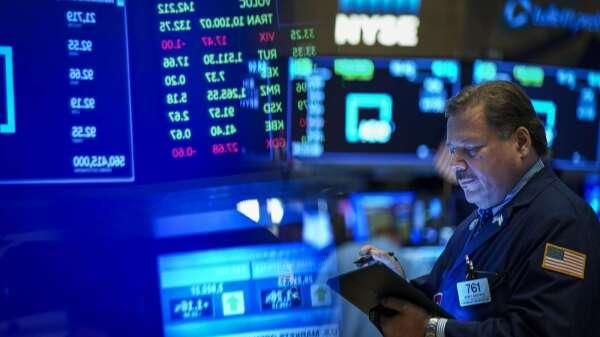 知名避險基金經理:美股還要再跌30%才能觸底。(圖片:AFP)