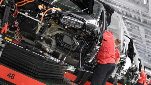 疫情衝擊 美國3月份汽車銷售年減35% (圖片:AFP)