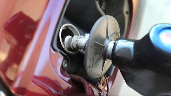 中油汽、柴油價 明起各調降0.9及1.0元。(圖:AFP)