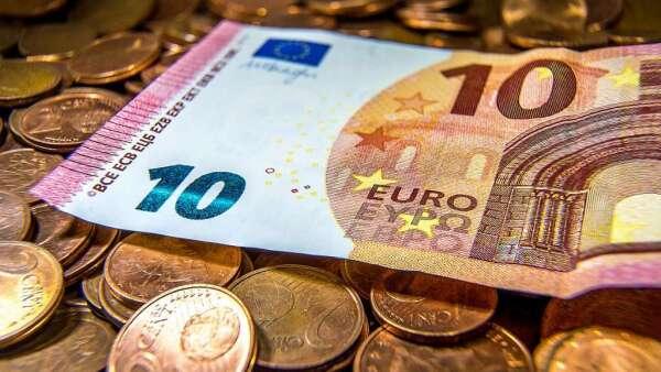 大型投機者加碼看多歐元 減持英鎊、日圓多頭(圖:AFP)
