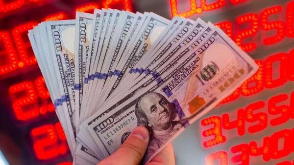 聯準會3月大舉降息6碼,拖累美元優存高利方案跟著銷聲匿跡。(圖:AFP)