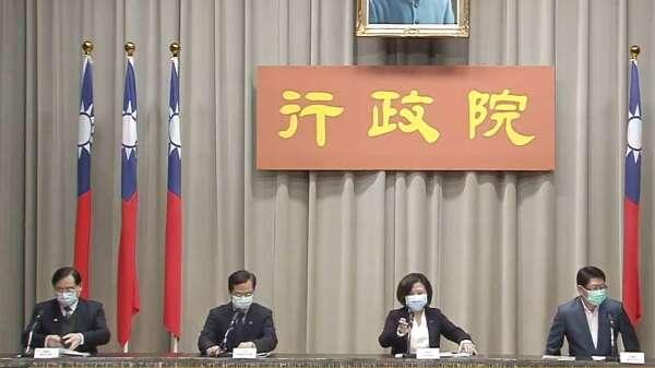 勞動部長許銘春(右2)。(圖:擷自行政院)