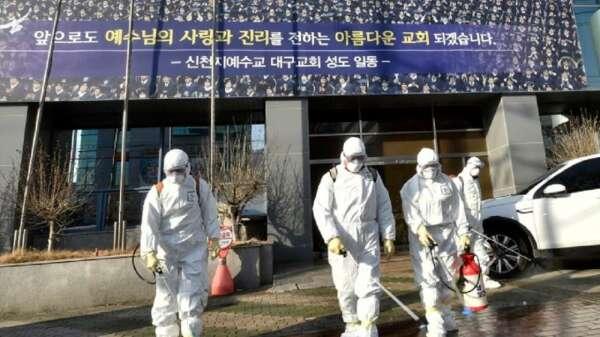 韓國透過擴大採檢新冠病毒,達到有效控制的目的。(圖:AFP)