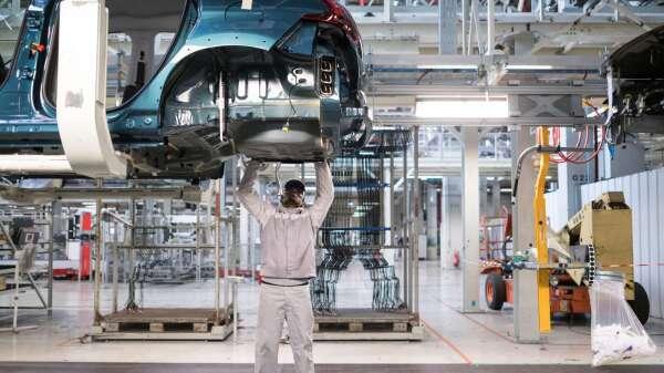 亞德客3月包括電子、產業機械出貨暢旺,汽車需求則還未回溫。(圖:AFP)