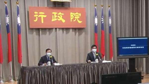 行政院政務委員龔明鑫(左)、交通部長林佳龍(右)。(圖:擷取自行政院)