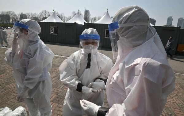 戴上防護面罩的醫護人員 (圖片:AFP)