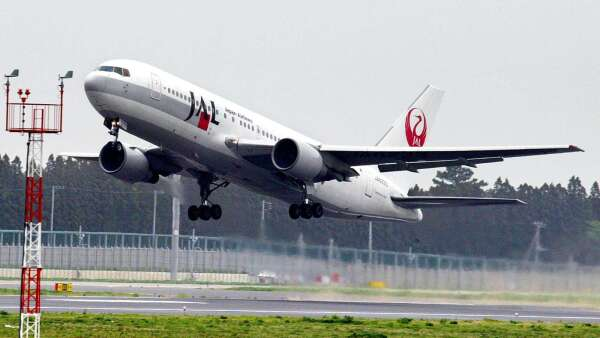 肺炎疫情衝擊航班 成田機場關閉一跑道 (圖片:AFP)