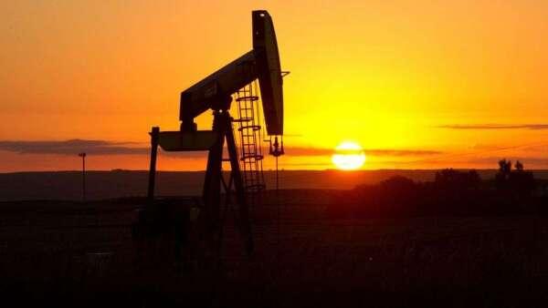 油價崩跌讓能源企業業債面臨降評壓力。(圖:AFP)