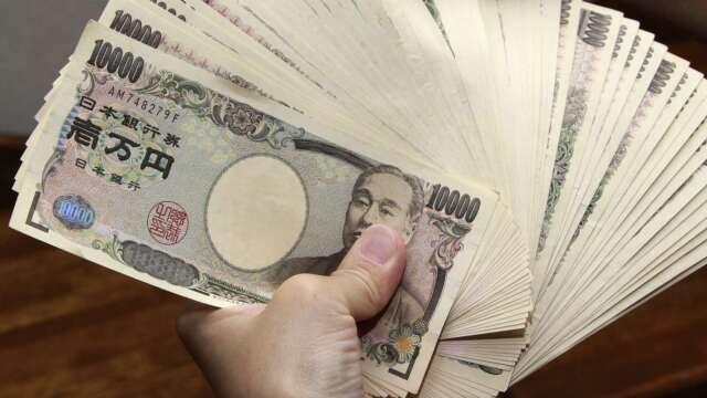 日本直升機撒錢快了?安倍定調每人發10萬日圓 (圖片:AFP)