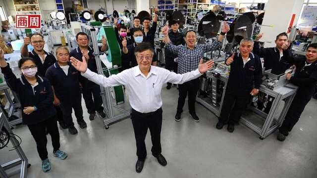 全球口罩機需求爆發,權和董事長蕭鴻彬(中)認為,台灣不只贏在品質, 不會像中國同業維修一次就消失的售後服務也是關鍵。(攝影者.程思迪)