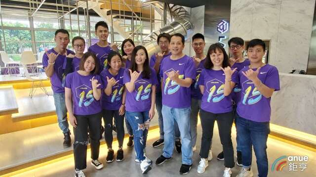 六角國際開發團隊,圖中為董事長王耀輝和執行副總王麗玉。(鉅亨網記者王莞甯攝)