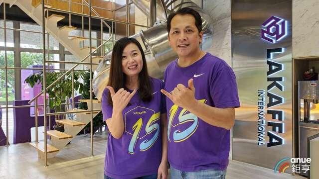 六角董事長王耀輝(右)和執行副總王麗玉(左)。(鉅亨網記者王莞甯攝)