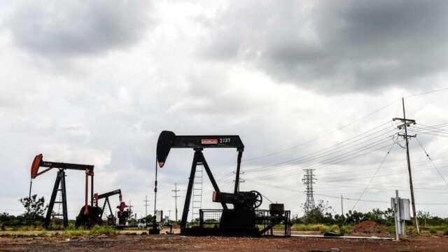 WTI 6月期貨報復性反彈 元大S&P原油正2溢價暴衝270%。(圖:AFP)