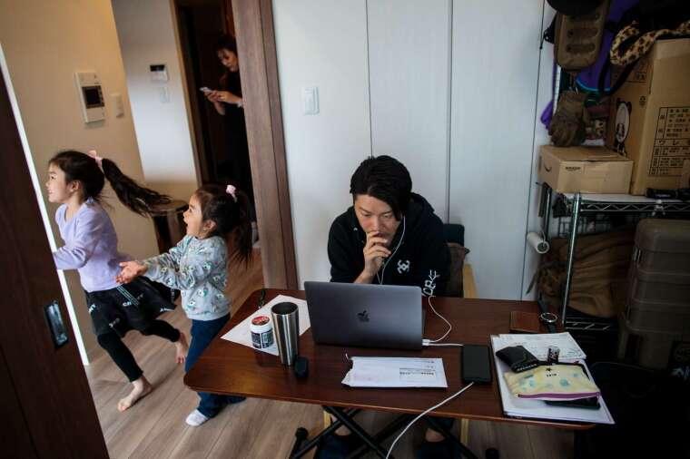 受新冠肺炎疫情影響,在家工作者對電腦的需求量大增 (圖片:AFP)
