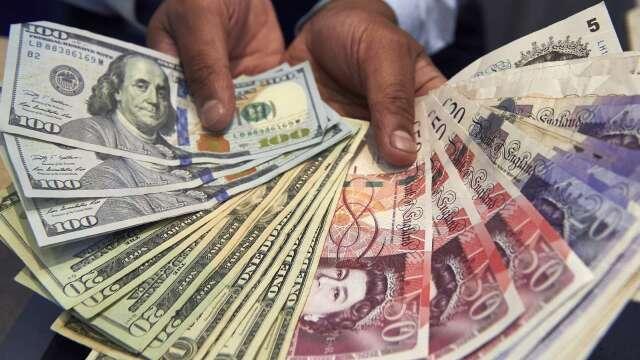 〈紐約匯市〉原油反彈 美元持續走強 英國通膨率萎靡 英鎊避險需求增溫(圖片:AFP)