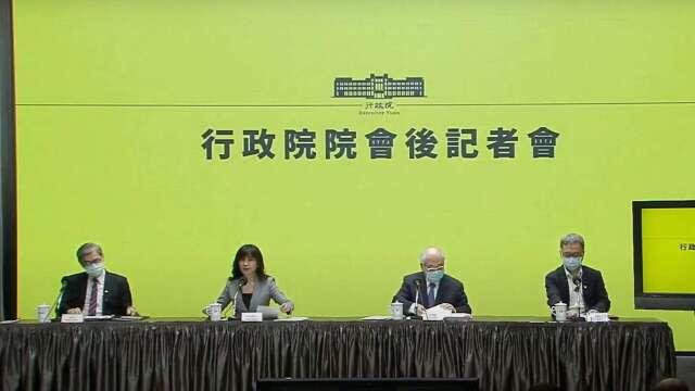 行政院發言人Kolas Yotaka(左2)、主計總處主計長朱澤民(右2)。(圖:擷自行政院直播)
