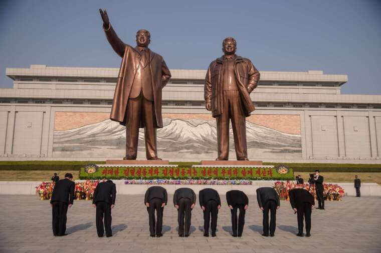 北韓首都平壤的萬壽台,金日成與金正日銅像 (圖片:AFP)
