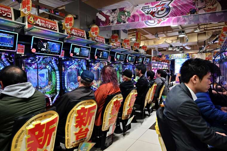 全日本進入緊急狀態 小鋼珠卻生意更旺(圖片:AFP)