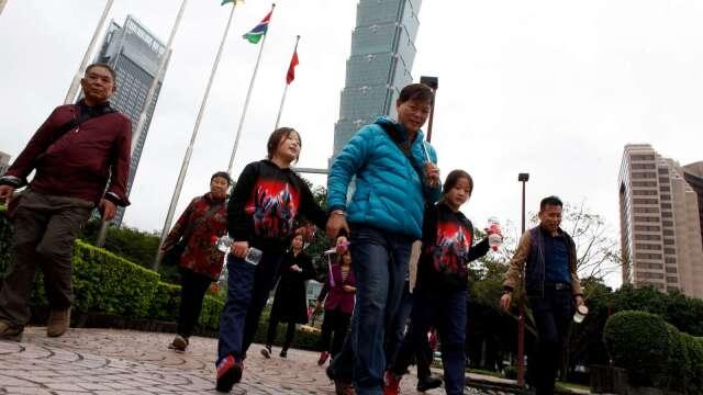 觀光局今 (24) 日宣布,放寬導遊、領隊的補貼認定條件。(圖:AFP)