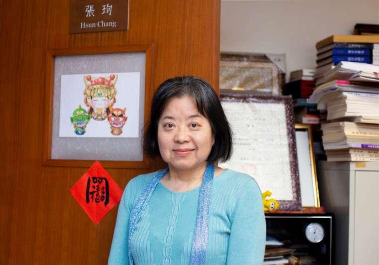 長年投入媽祖信仰研究,張珣笑稱,總有不同緣分默默牽引著她,持續研究、分享媽祖文化(難道是天后娘娘的天選者?)。而超過 20 年的研究歷程,讓她最為觸動的也正是臺灣庶民文化中,蘊含的人情與倫理價值。 攝影│林洵安