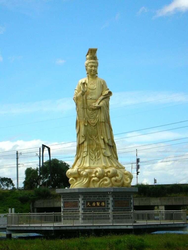 媽祖信仰普遍存在於華人地區,許多移民遷徙時會攜帶神像或香火隨船,保佑一路平安,落地後便供奉媽祖信仰,並作為家鄉認同、仲裁糾紛的依據。日本、美國、馬來西亞甚至南非,都有媽祖廟。圖為澳洲墨爾本近郊的媽祖神像。 圖片來源│張珣