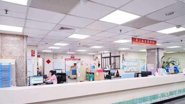 北榮新竹分院分別在醫護站及病房交誼廳引進工研院人因照明系統應用,適時調整醫護人員及病患的心情,有效提升工作、休息品質。(圖:工業技術資訊月刊)
