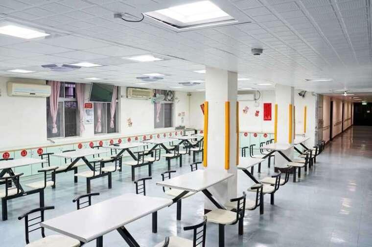 北榮新竹分院分別在醫護站及病房交誼廳引進工研院人因照明系統應用,適時調整醫護人員及病患的心情,有效提升工作、休息品質。