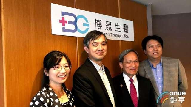 左至右為博晟生醫副總蕭嘉玲、董事長陳德禮、執行長林滄城及副總陳俊男。(鉅亨網資料照)