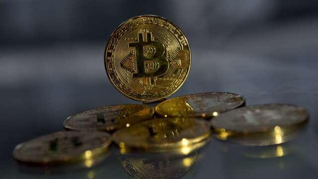 比特幣急漲逾10% 突破8800美元 害怕錯過行情成主要驅力(圖:AFP)