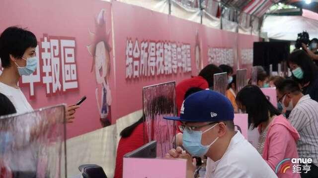 今年報稅首日,台北國稅局仍湧入不少民眾現場排隊等申報。(鉅亨網記者郭幸宜攝)