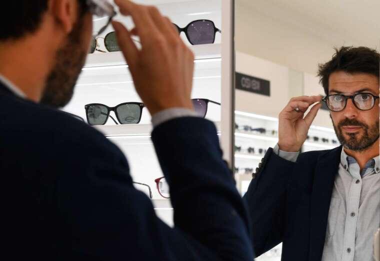 摘下隱形眼鏡 減少肺炎感染機率 (圖片:AFP)
