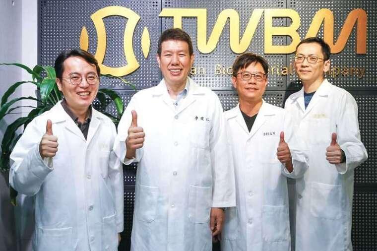 工研院積極推動由「臨床需求導向」的研發方式,造就廖俊仁(左 2)與團隊投入泡沫式人工腦膜的創新領域,亦催生台生材的創立。