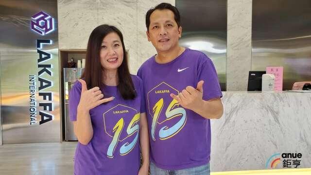 六角董事長王耀輝(右)和執行副總王麗玉(左)。(鉅亨網資料照)