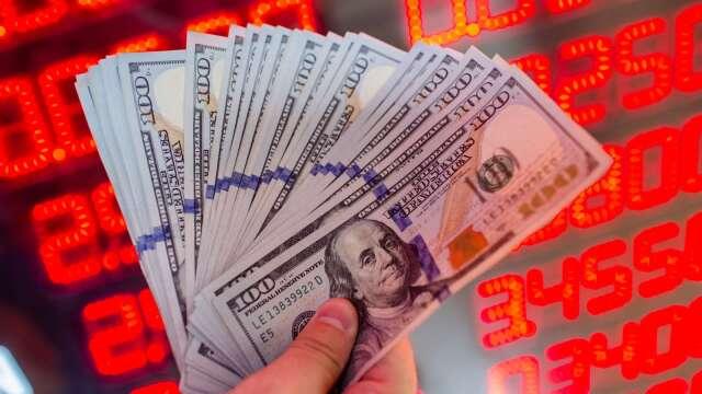 銀行為蓄積美元資金池,陸續推出美元優利存款方案。(圖:AFP)