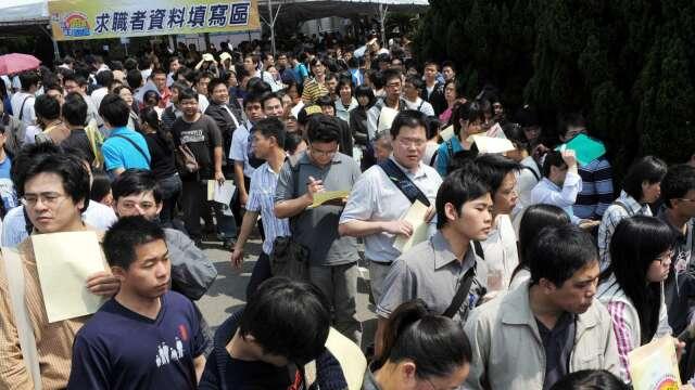畢業季將至 調查:新鮮人平均給薪28K 8年來首見負成長。(圖:AFP)