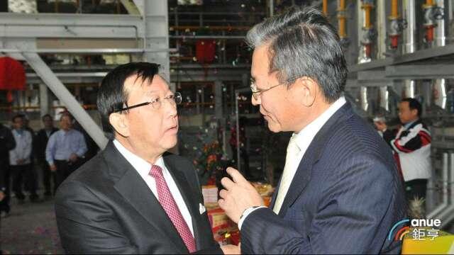 曾連續兩任新竹縣縣長邱鏡淳(左)獲台開提名為獨立董事。(鉅亨網記者張欽發攝)