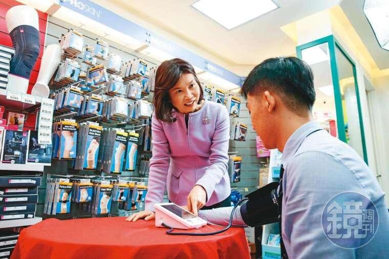 陳麗如(左)善於聆聽顧客意見,並轉化為商機,開發國、台語雙聲血壓計,5年賣出超過10萬台。