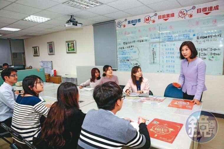 陳麗如(右)重視員工教育訓練,她會親自編撰講義與門市銷售SOP,奠定團隊紮實基礎。