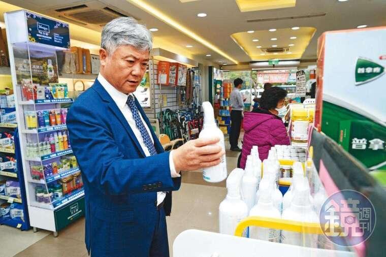 武漢肺炎疫情延燒,總經理蔡德忠持續加強門市防疫商品備貨量。