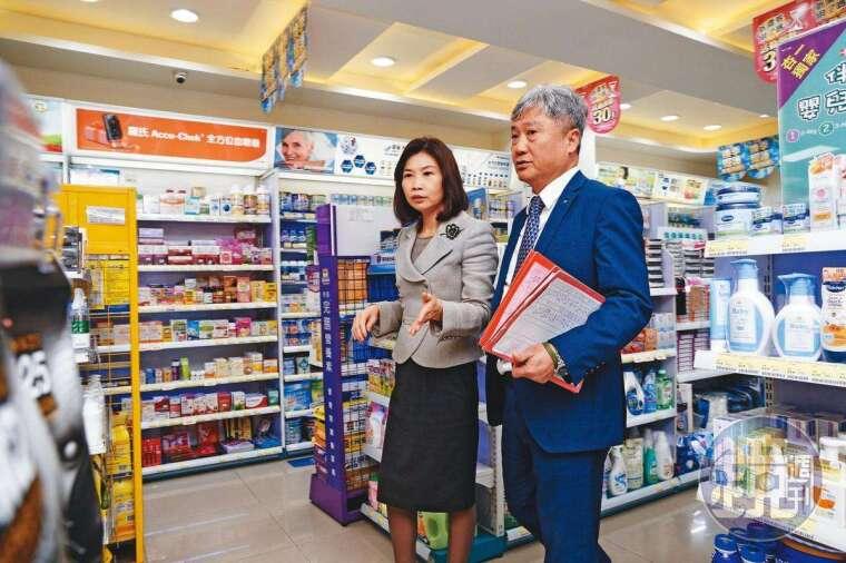 陳麗如(左)創業八年後,先生蔡德忠(右)才加入,導入自動化系統,每年展店速度逾十倍成長,第七年即突破百間直營門市。