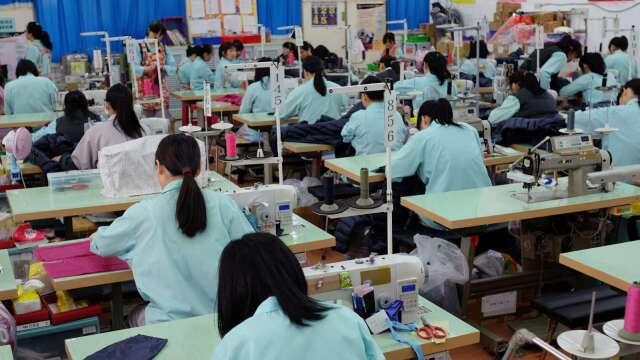 逾3成勞工自認月收入因疫情減少 潛在紓困族恐達200萬人。(圖:AFP)