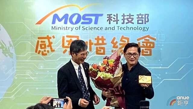 科技部長陳良基(左)、和碩董事長童子賢(右)。(鉅亨網記者劉韋廷攝)