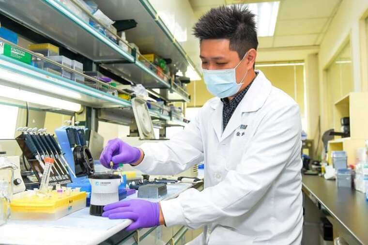 純化後的核酸,加入引子、探針、鹼基試劑,置入「核酸分子檢測系統」的特製試管中。