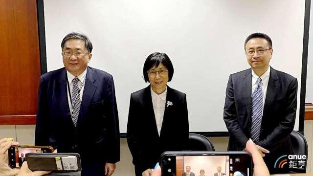 左至右為東元總經理連昭志、董事長邱純枝及財務協理葉文中。(鉅亨網資料照)